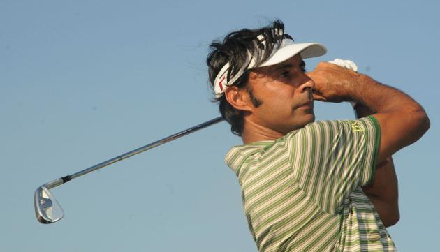 India's Jyoti Randhawa did a flawless eight-under 64 that gave him a share of lead in the World Manila Masters golf tournament.