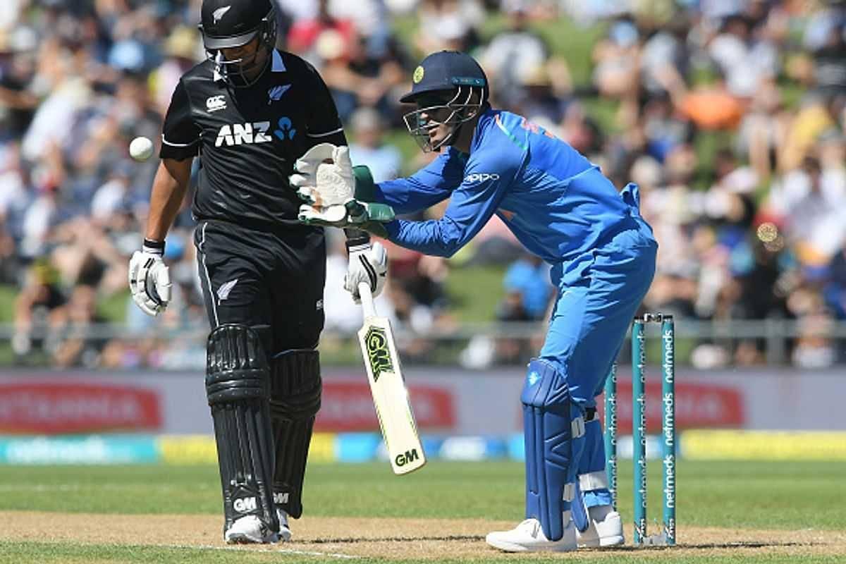 MS Dhoni instructs Kedar Jadhav to bowl