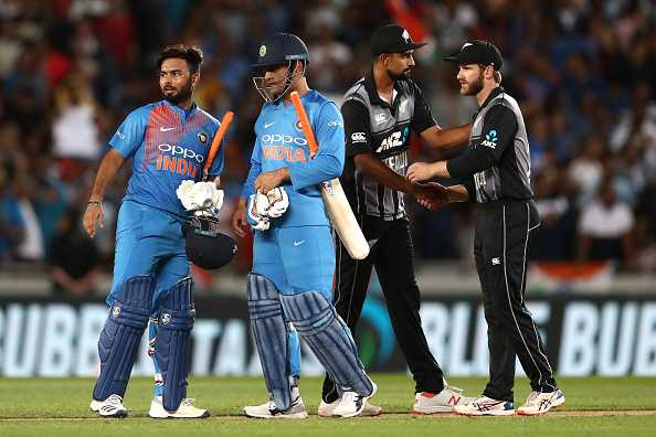 Rishabh Pant alerts MS Dhoni for IPL 2019