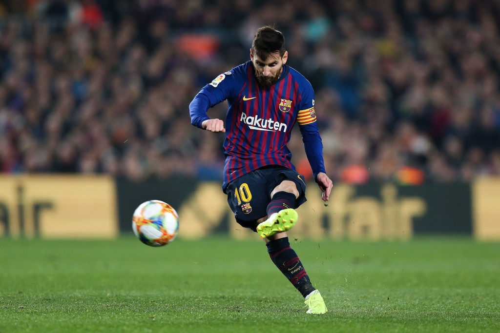 Barcelona Vs Liverpool: Messi moves the ball closer to goal before the free-kick