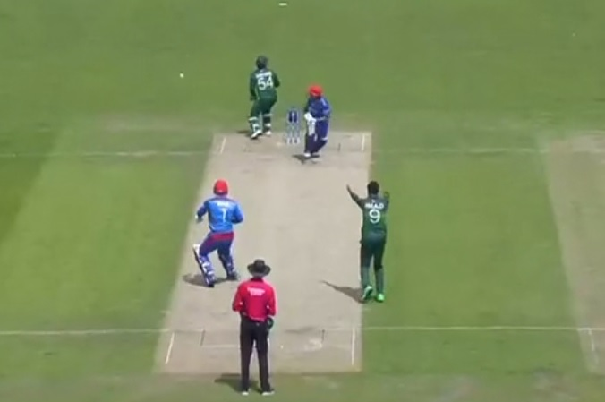 Sarfaraz Ahmed hilariously looks all over the place in confusion as ball goes high in air during Pakistan vs Afghanistan match