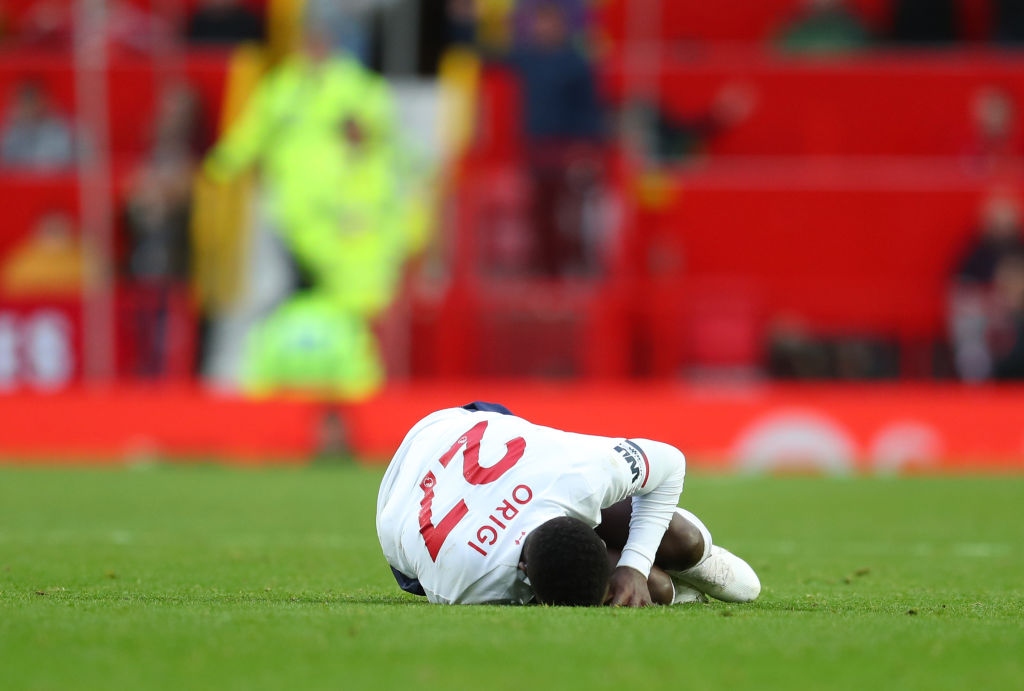 Divock Origi goes down while holding the wrong leg after foul from Victor Lindelof