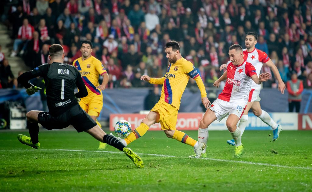 Lionel Messi misses an open goal against Slavia Prague in a rare occurence