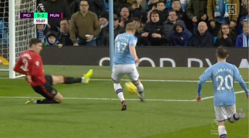 Victor Lindelöf wins Man Utd fans over with brave block against Man City's Kevin De Bruyne