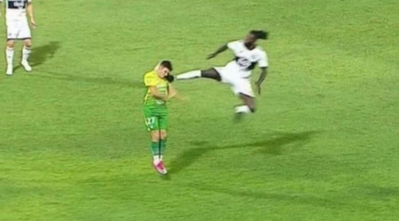 Emmanuel Adebayor sent off for attempting karate kick on opposite player while playing for Olimpia in Paraguay