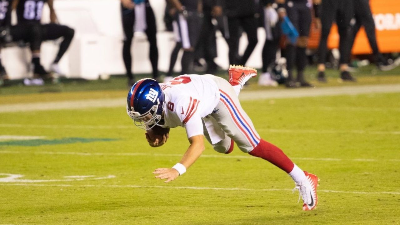 """""""I would never be able to run that far"""" Patrick Mahomes reacts on Daniel jones falling down"""