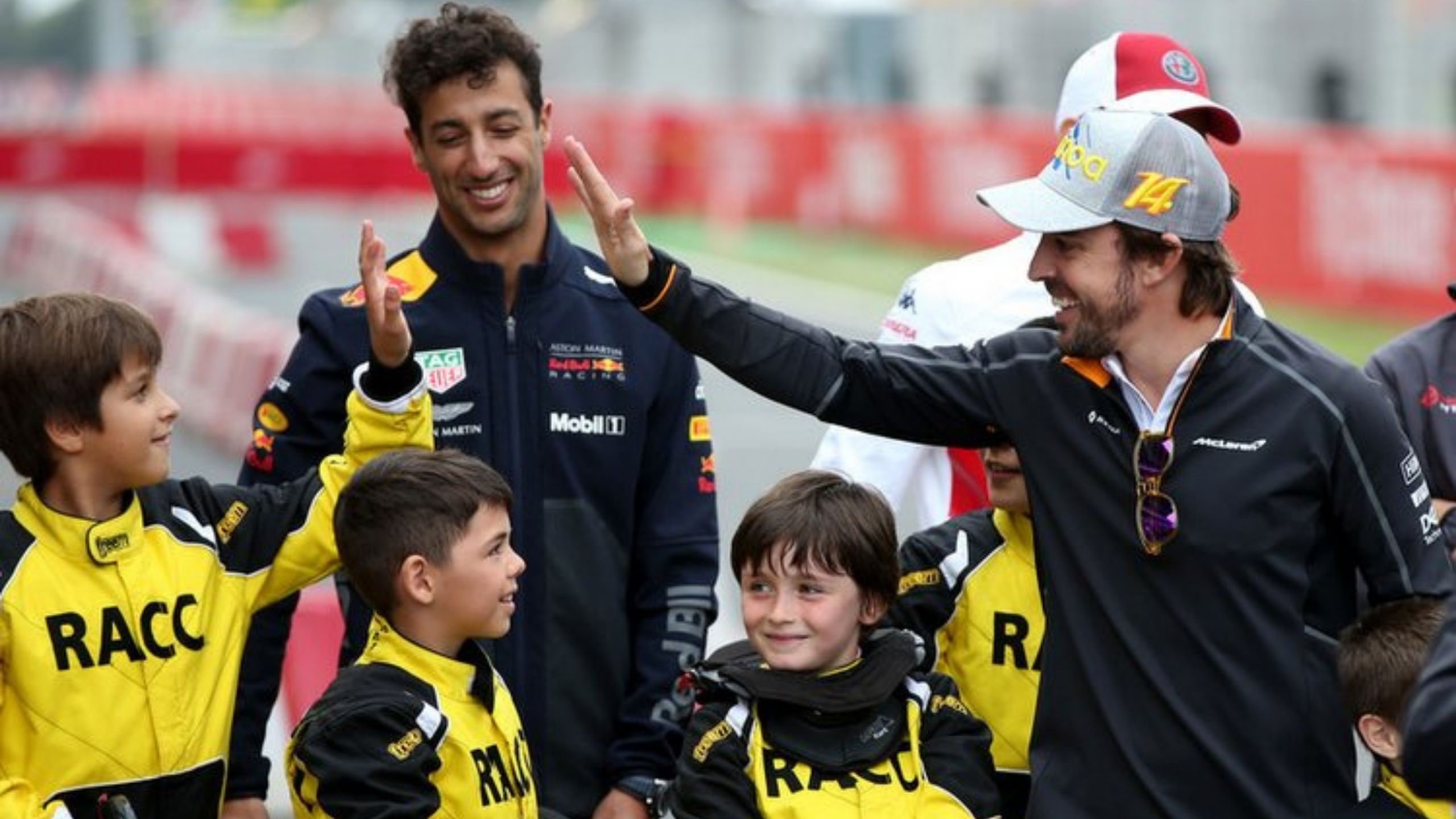 """""""It sounds sweet!"""" - Daniel Ricciardo mightily impressed with Fernando Alonso and his 2005 title-winning Renault R25 V10"""