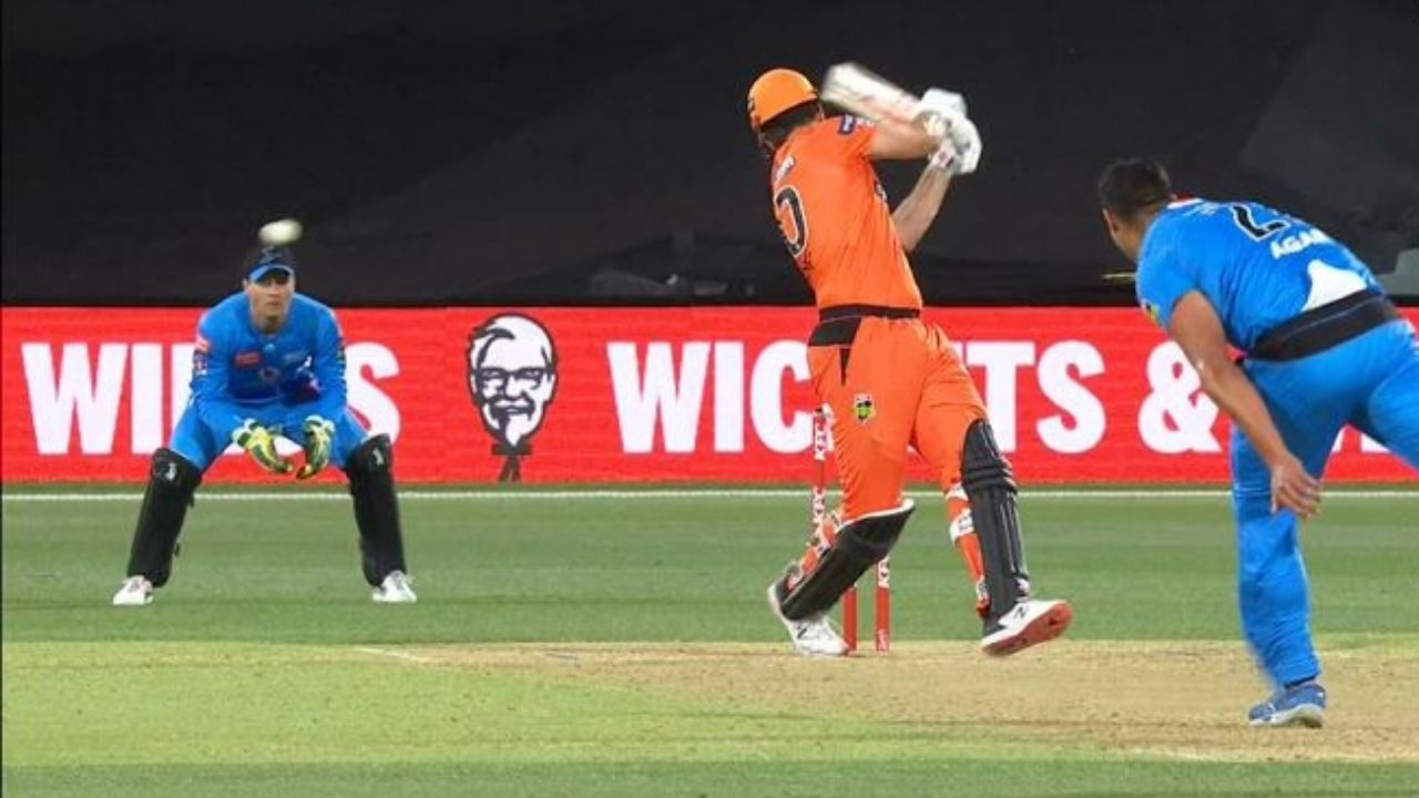 Mitchell Marsh: Watch Scorchers all-rounder gets hit on the helmet by nasty Wes Agar delivery in BBL 10