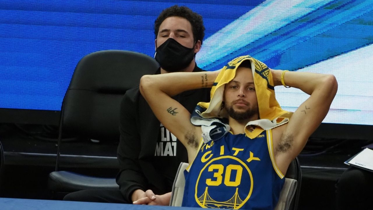 """""""Stephen Curry, when will you break Ray Allen's record?"""": Reporter Klay Thompson puts Warriors teammate on the spot with hysterical post-game interview"""