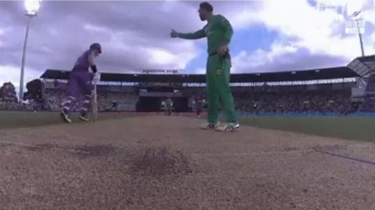 BBL 10: Glenn Maxwell gives hilarious thumbs up to D'Arcy Short after Hurricanes batsman saves three runs for Stars