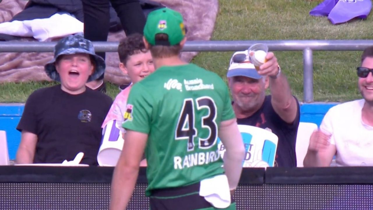 Sam Rainbird: Ball falls in fan's glass of beer; hilariously refuses to return it to Stars bowler in BBL 10