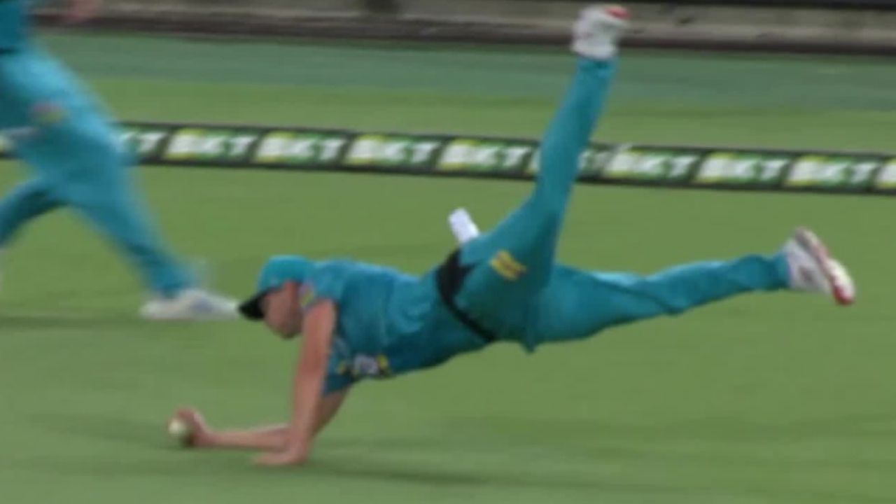 Ben Laughlin catch: Heat pacer grabs superlative one-handed diving catch to dismiss Michael Neser in BBL 10