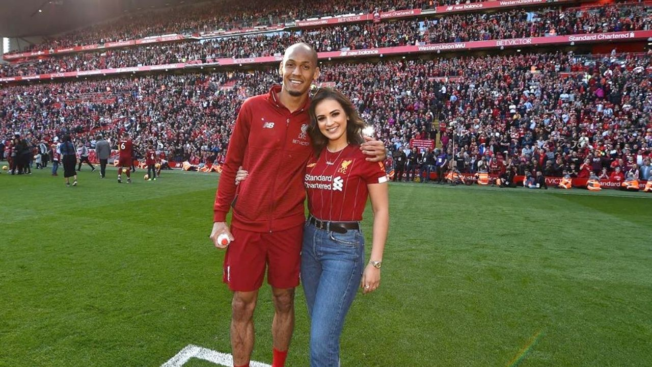 """""""YNWA only works when they win?!"""": Fabinho's Wife Rebeca Tavares Gets Involved In Squabble With Liverpool Supporter On Twitter"""