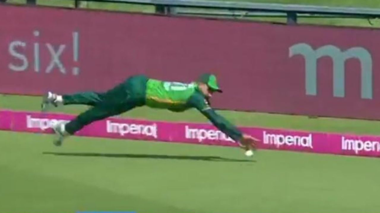 """""""10 out of 10"""": Fans laud Faheem Ashraf for saving two runs with exceptional fielding in SA vs PAK Johannesburg ODI"""