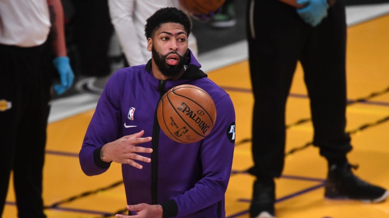 """""""Anthony Davis cuddles with LeBron James"""": Lakers star goes to lift the King up, ends up falling and hugging him against the Warriors"""