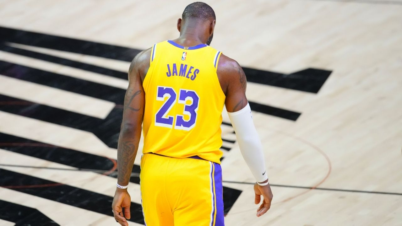 """""""LeBron James, Kobe Bryant would've never..."""": Fans mock the 2020 Finals MVP for retiring to the locker room midway through 4th Quarter"""