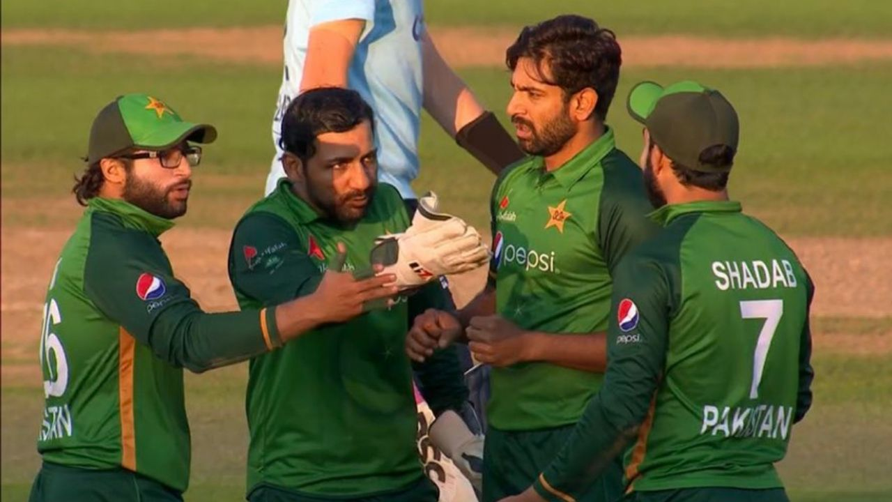 Shadab Khan and Sarfaraz Ahmed argument: Shadab and Sarfaraz point fingers at each other after Shadab grabs terrific catch to dismiss Lewis Gregory