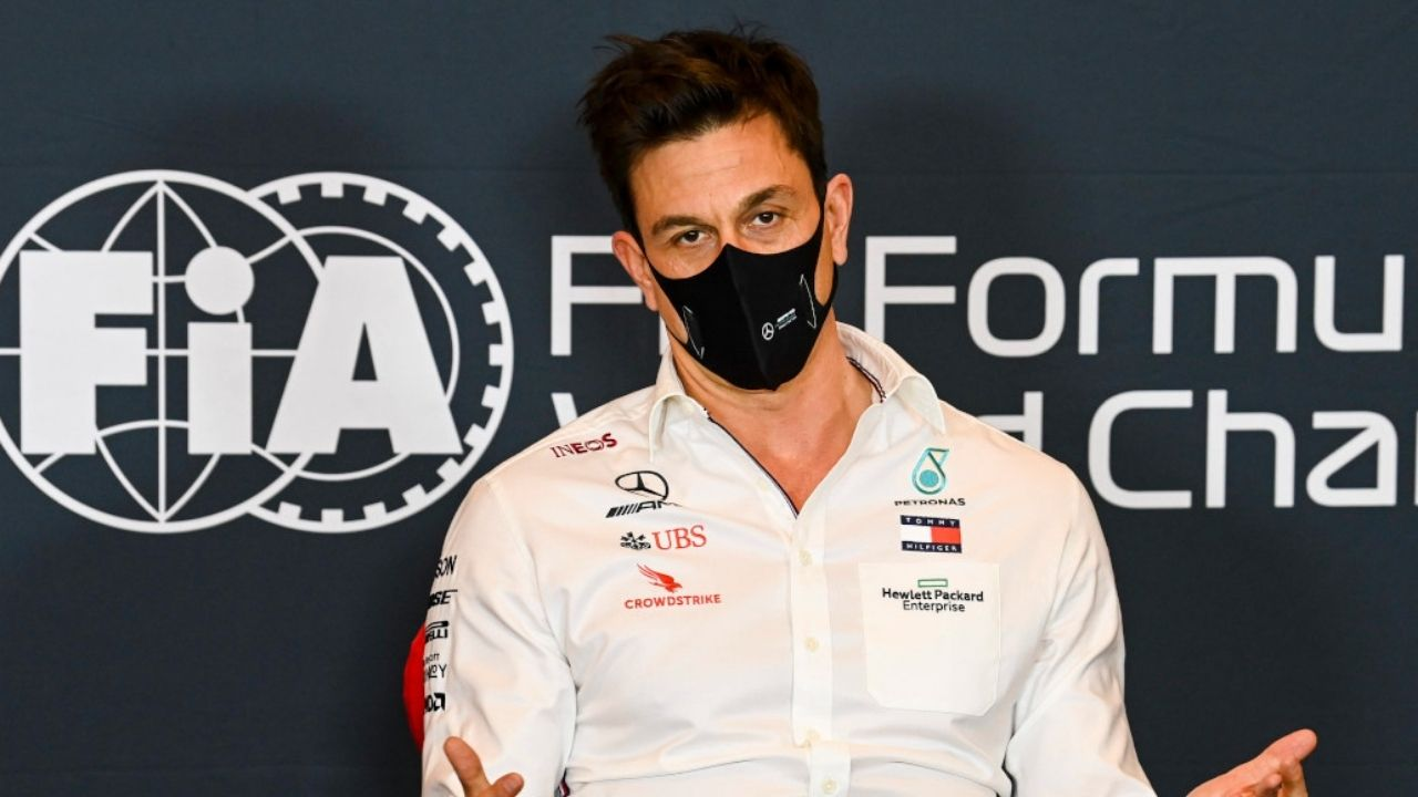 """""""Toto Wolff is lying""""– Dutch F1 expert calls Mercedes boss a hypocrite; believes his team made a blunder with Lewis Hamilton during race restart"""