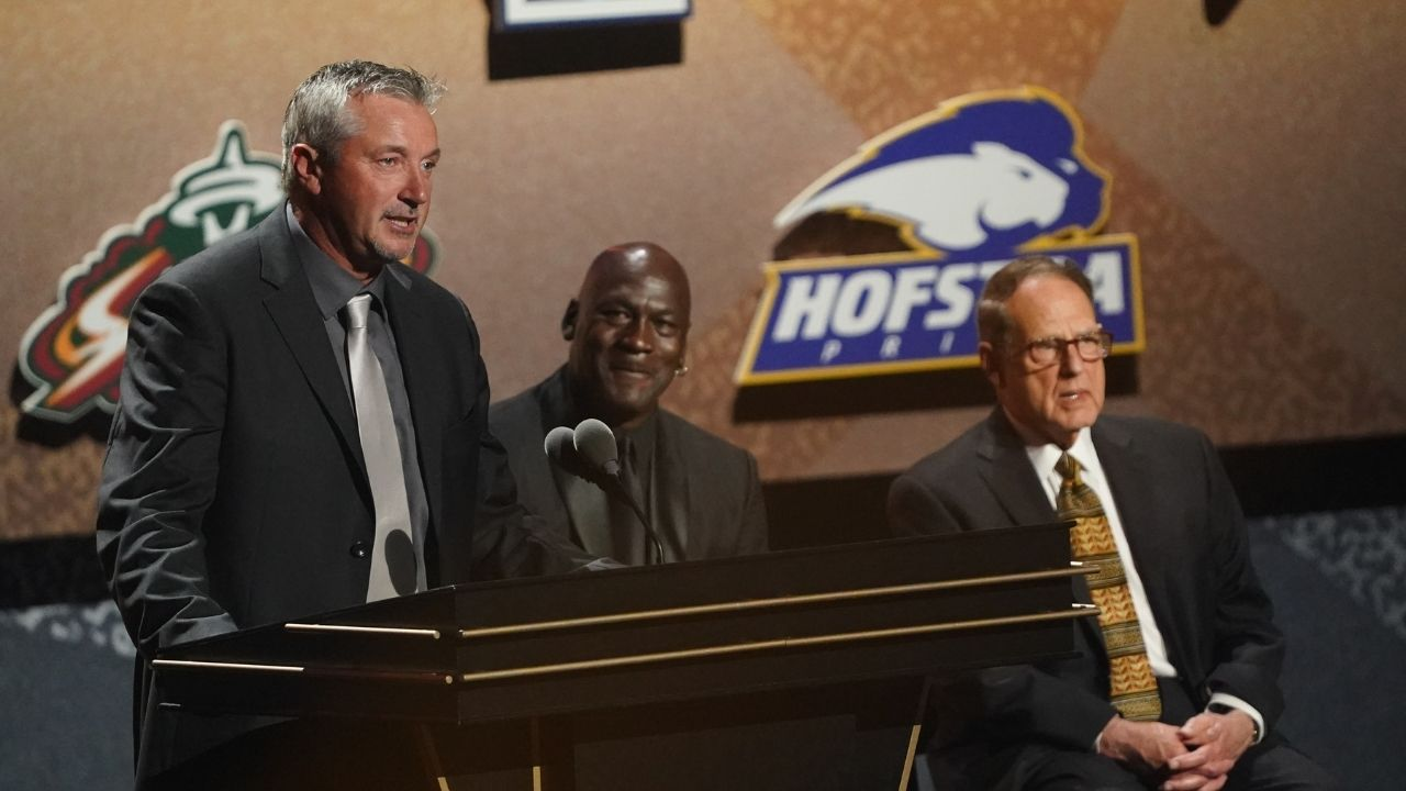 """""""I'd like to thank Michael Jordan and Scottie Pippen for kicking my butt!"""": Toni Kukoc sends a hilarious little jab at the Bulls legend during his Hall of Fame speech"""