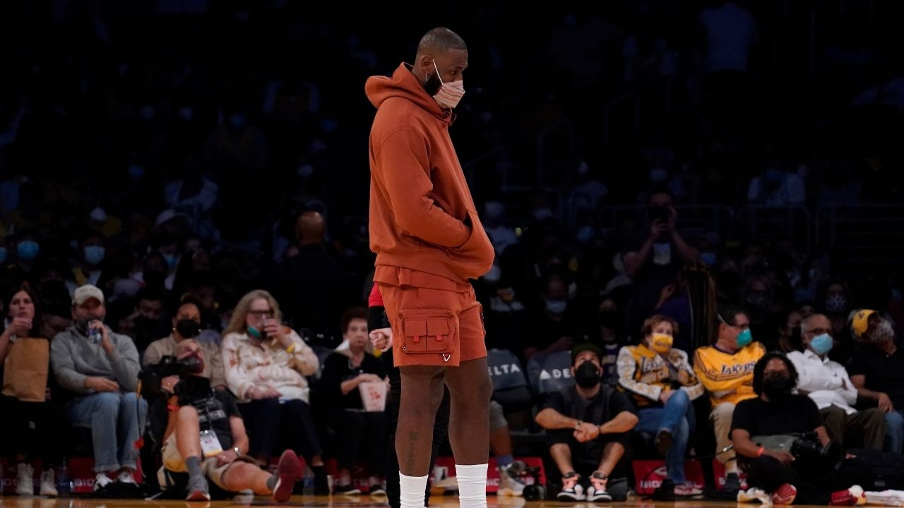 """""""Hello LeBron James, I watched Space Jam and it was good"""": Lakers Fan hilariously compliments The King's movie during a timeout leaving Carmelo Anthony to burst out in laughter"""